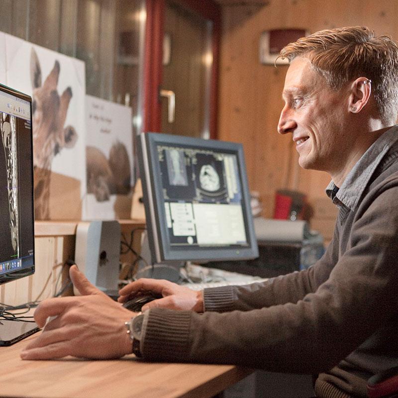 Portrait Jens Hanke am Scan-Computer, © Tier-Radiologie Hanke