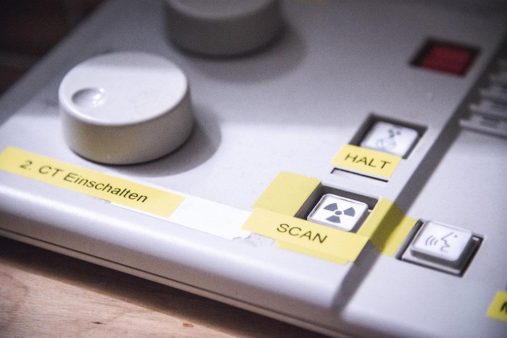Schaltpanel des Computertomografen